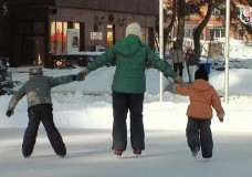 Радостный народ коньками звучно режет лед…